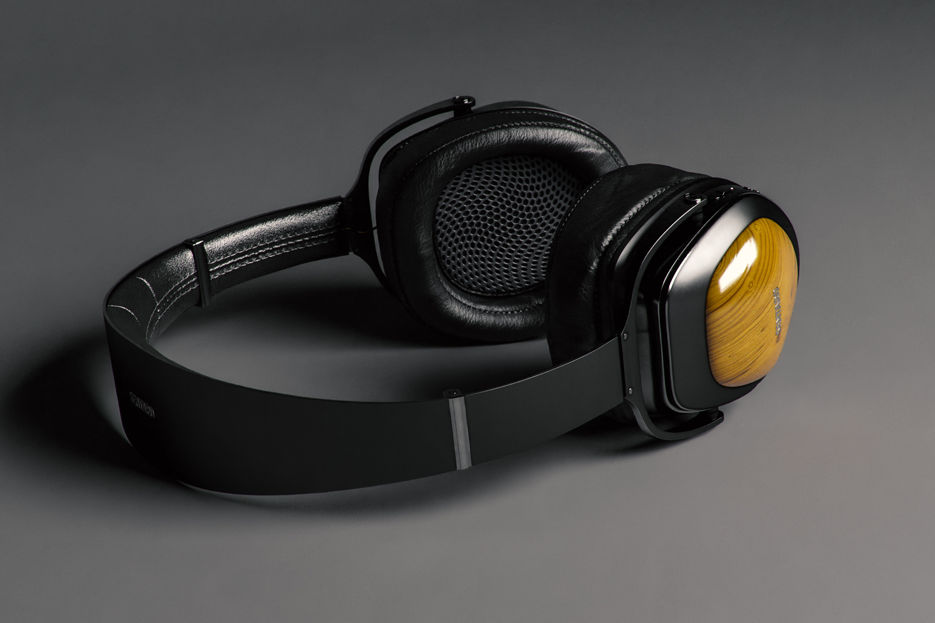 Example of a key light illuminating a 3d headphone model